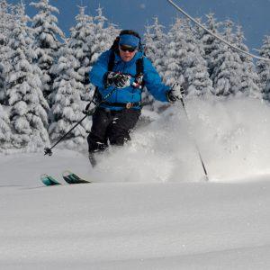 Short ski turns on powder