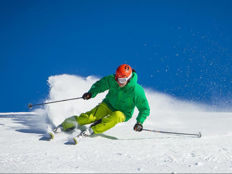 Ski instructor showing a carving turn in a ski lesson in Verbeir