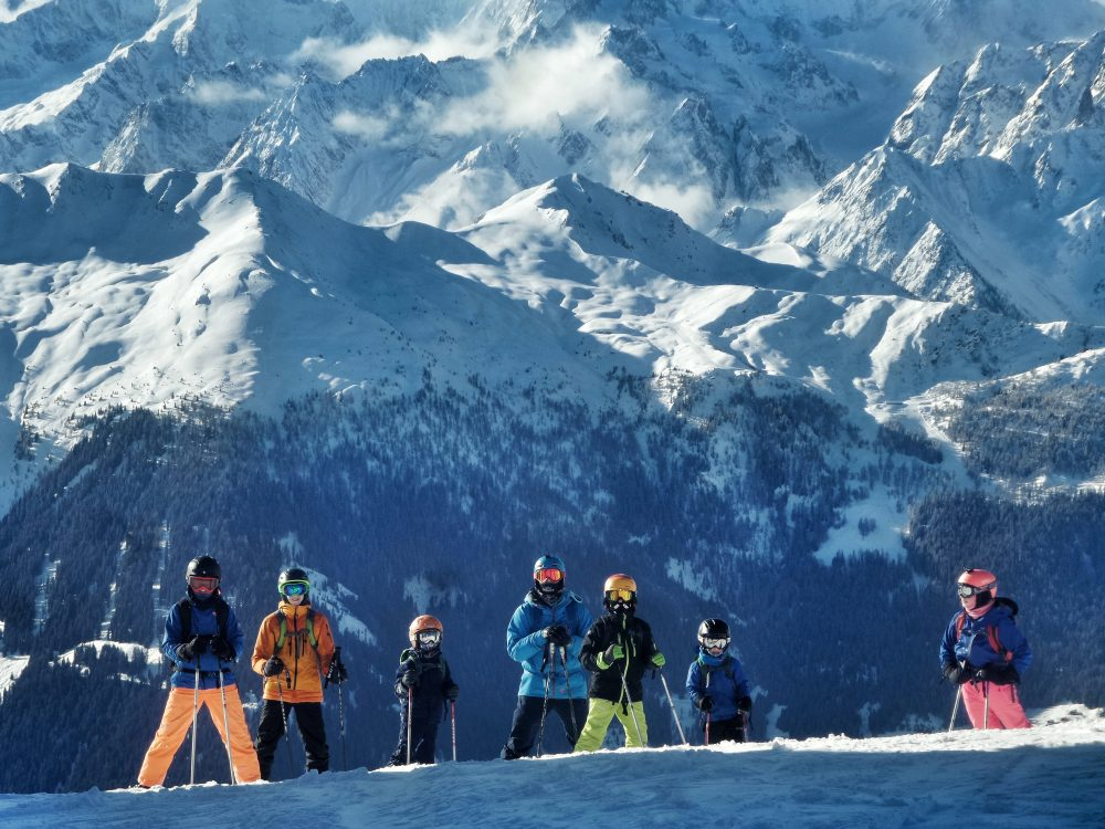 Kids in front od a dramatic scenary in a ski lessons verbier